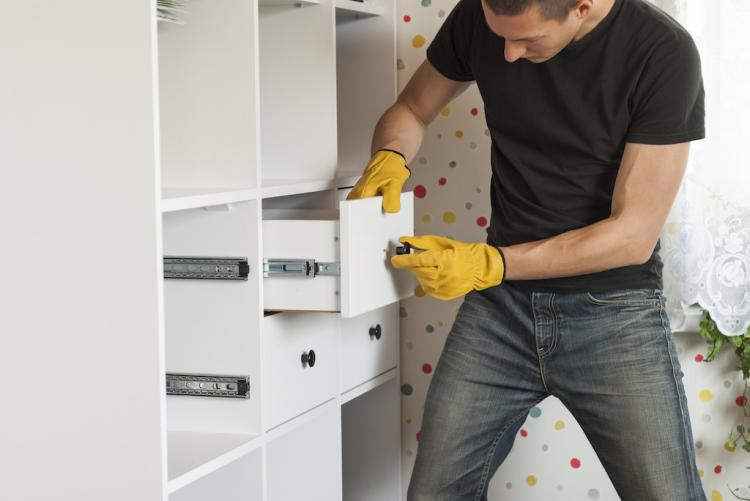 Если не уверены, не старайтесь собрать мебели сами, во избежание неприятностей обратитесь к профессионалам