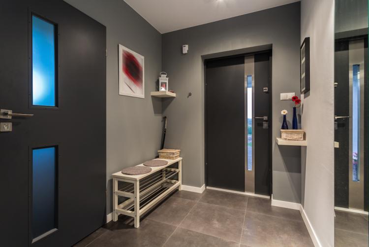 Если у вас маленькое помещение, то лучше заказать недорогой шкаф-купе в прихожую с раздвижными дверцами