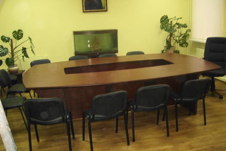 Запущен в серию стол для переговорной