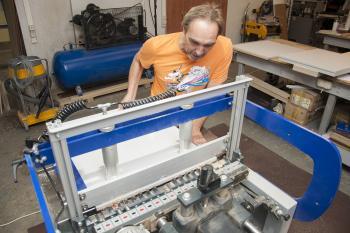 Профессиональный сверлильно-присадочный станок позволяет с точностью до 0,1 миллиметра делать необходимые пазы