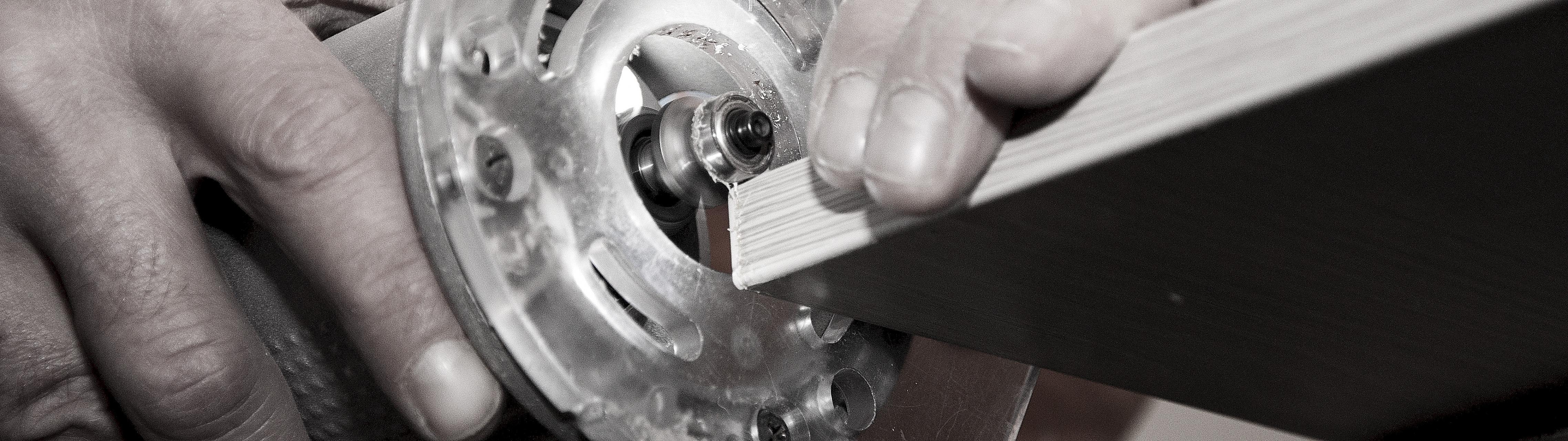 Для обработки торцов мебели мы используем профессиональное оборудование – кромкооблицовочный станок Casadey